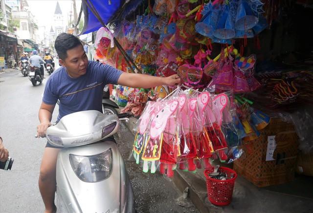 Làng làm đồ chơi ở Sài Gòn bận rộn trước thềm Trung thu - Ảnh 5.