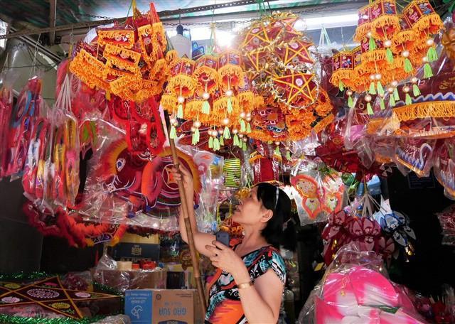 Làng làm đồ chơi ở Sài Gòn bận rộn trước thềm Trung thu - Ảnh 6.