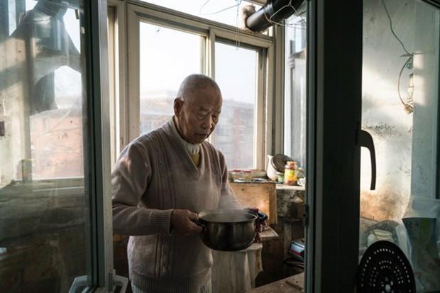 Bi kịch xã hội hiện đại Trung Quốc: Cha mẹ về già bị con cái bỏ rơi, sống cô quạnh, không một lời hỏi thăm, chết không ai biết - Ảnh 1.