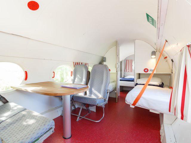 Bước chân vào chiếc máy bay kì lạ, với phòng tắm được đặt ở buồng lái, giá thuê 100 USD/đêm - Ảnh 1.