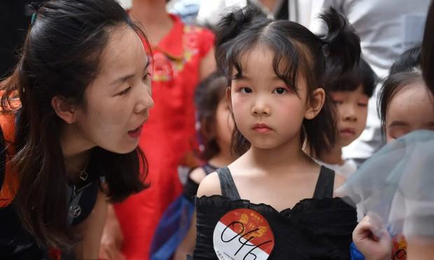Nghề người mẫu nhí ở Trung Quốc: Bố mẹ lấy cớ trau dồi sự tự tin nhưng vô tình trở thành kẻ bạo hành, biến con thành cỗ máy kiếm tiền - Ảnh 1.