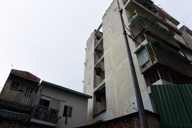 Cận cảnh chung cư nghiêng ở Sài Gòn bị đề nghị tháo dỡ khẩn cấp - Ảnh 8.
