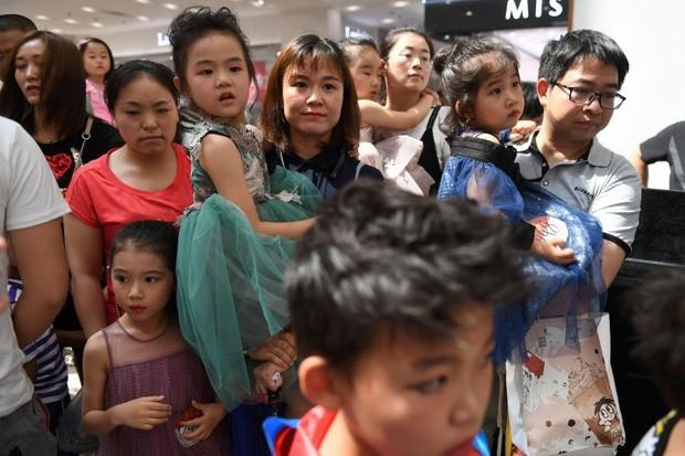 Nghề người mẫu nhí ở Trung Quốc: Bố mẹ lấy cớ trau dồi sự tự tin nhưng vô tình trở thành kẻ bạo hành, biến con thành cỗ máy kiếm tiền - Ảnh 8.