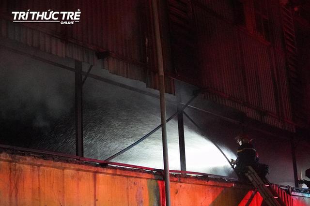 Toàn cảnh vụ cháy Công ty Bóng đèn phích nước Rạng Đông nhìn từ Flycam - Ảnh 2.
