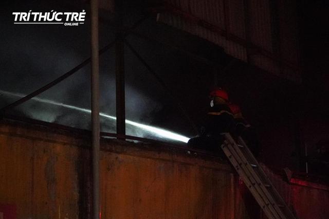 Toàn cảnh vụ cháy Công ty Bóng đèn phích nước Rạng Đông nhìn từ Flycam - Ảnh 3.