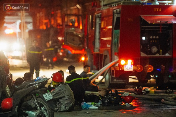 """""""Vụ cháy Rạng Đông"""" hơn 5 tiếng và tình người dân - người lính trong hoả hoạn: Cảm ơn những chiến sĩ dũng cảm - Ảnh 11."""