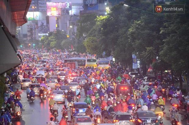 Cây xanh đổ khắp Hà Nội do ảnh hưởng của bão số 4, một thanh niên 26 tuổi tử vong thương tâm - Ảnh 27.