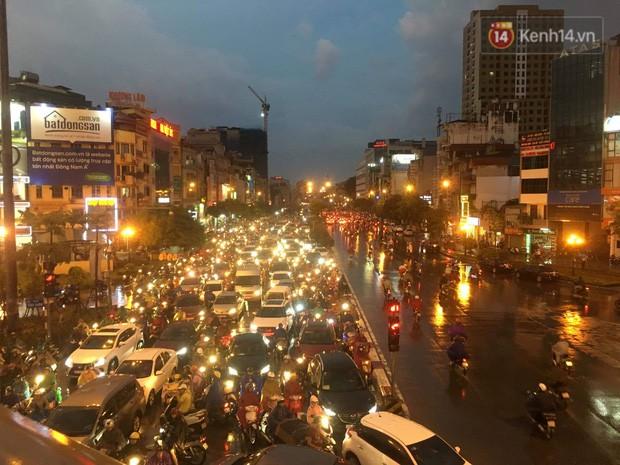 Cây xanh đổ khắp Hà Nội do ảnh hưởng của bão số 4, một thanh niên 26 tuổi tử vong thương tâm - Ảnh 29.