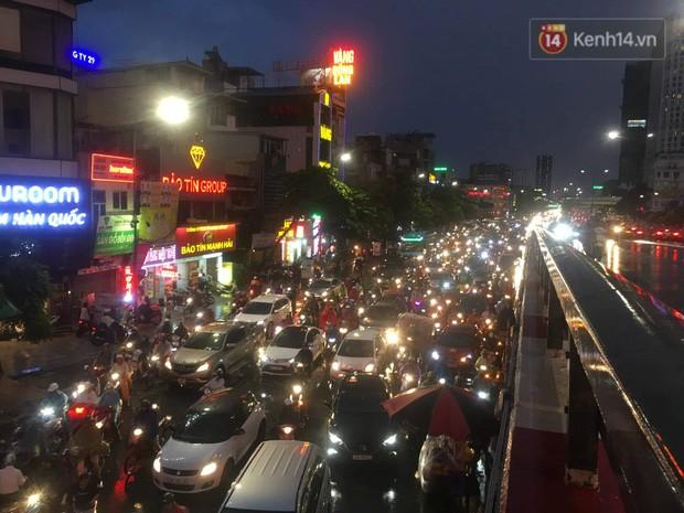 Cây xanh đổ khắp Hà Nội do ảnh hưởng của bão số 4, một thanh niên 26 tuổi tử vong thương tâm - Ảnh 30.