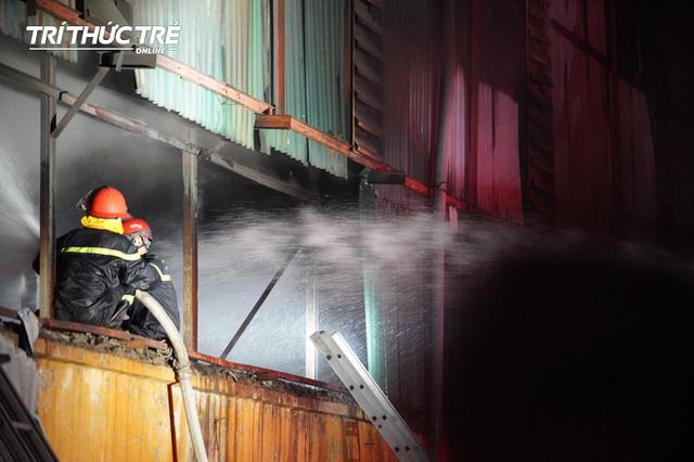 Toàn cảnh vụ cháy Công ty Bóng đèn phích nước Rạng Đông nhìn từ Flycam  - Ảnh 6.