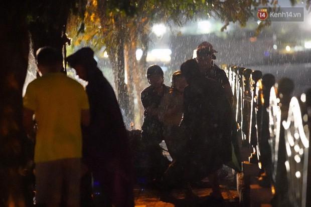 Xót xa cảnh người thân gào khóc thảm thiết tại hiện trường nam thanh niên tử vong vì cây đổ ở Hà Nội - Ảnh 5.