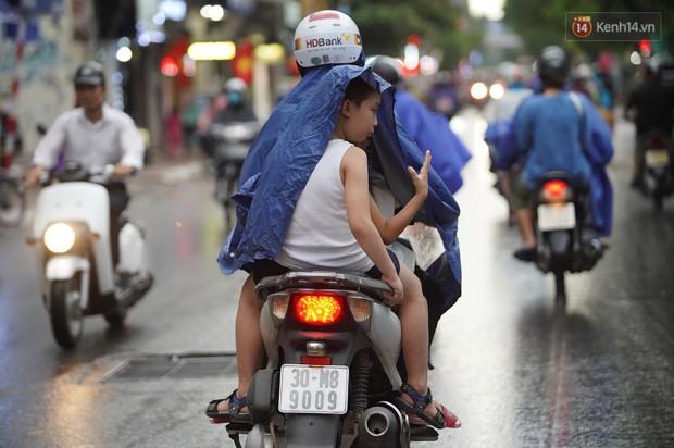 Cây xanh đổ khắp Hà Nội do ảnh hưởng của bão số 4, một thanh niên 26 tuổi tử vong thương tâm - Ảnh 10.
