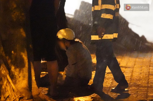 Xót xa cảnh người thân gào khóc thảm thiết tại hiện trường nam thanh niên tử vong vì cây đổ ở Hà Nội - Ảnh 6.