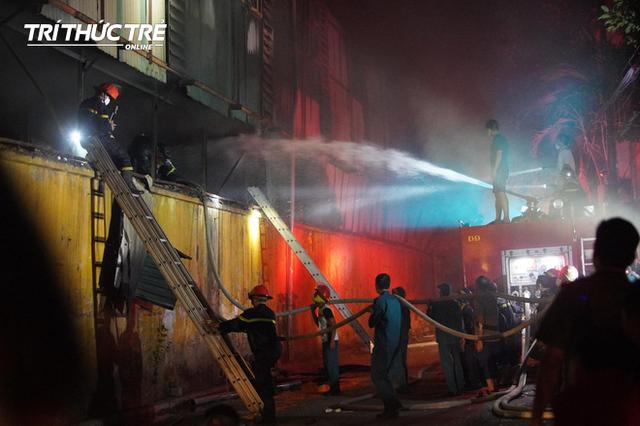 Toàn cảnh vụ cháy Công ty Bóng đèn phích nước Rạng Đông nhìn từ Flycam - Ảnh 8.