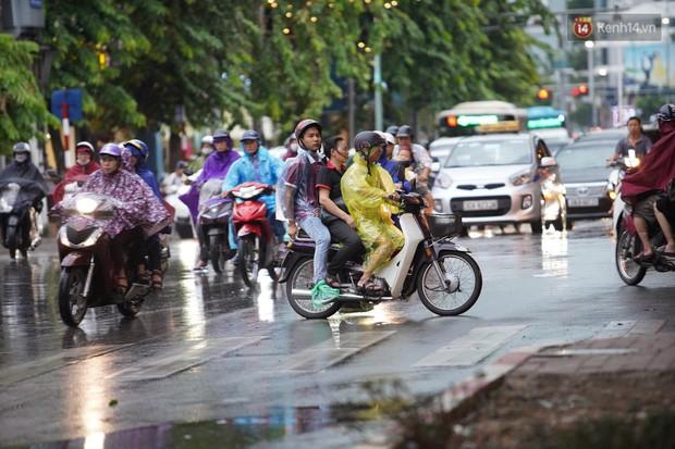 Cây xanh đổ khắp Hà Nội do ảnh hưởng của bão số 4, một thanh niên 26 tuổi tử vong thương tâm - Ảnh 11.