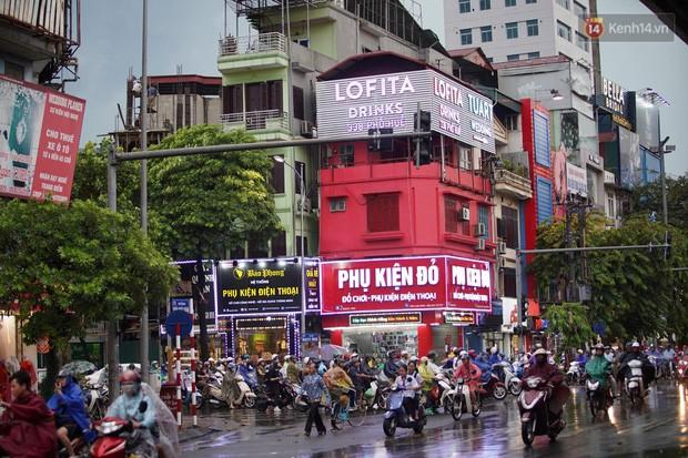 Cây xanh đổ khắp Hà Nội do ảnh hưởng của bão số 4, một thanh niên 26 tuổi tử vong thương tâm - Ảnh 12.
