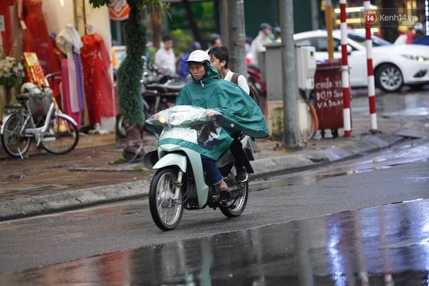 Cây xanh đổ khắp Hà Nội do ảnh hưởng của bão số 4, một thanh niên 26 tuổi tử vong thương tâm - Ảnh 13.