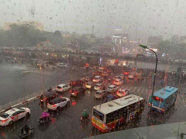 Cây xanh đổ khắp Hà Nội do ảnh hưởng của bão số 4, một thanh niên 26 tuổi tử vong thương tâm - Ảnh 14.