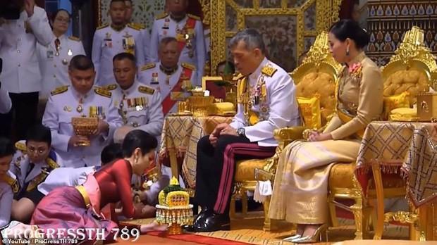Lần đầu tiên trong lịch sử hiện đại, vua Thái Lan công bố vợ lẽ, sắc phong Hoàng quý phi, vẻ mặt Hoàng hậu ngồi bên cạnh mới đáng chú ý - Ảnh 1.