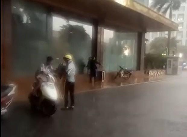 Bảo vệ khách sạn 5 sao ở Hà Nội không cho người dân trú mưa, quản lý lên tiếng: Đó là đường của khách VIP đến, đỗ như vậy gây cản trở - Ảnh 3.