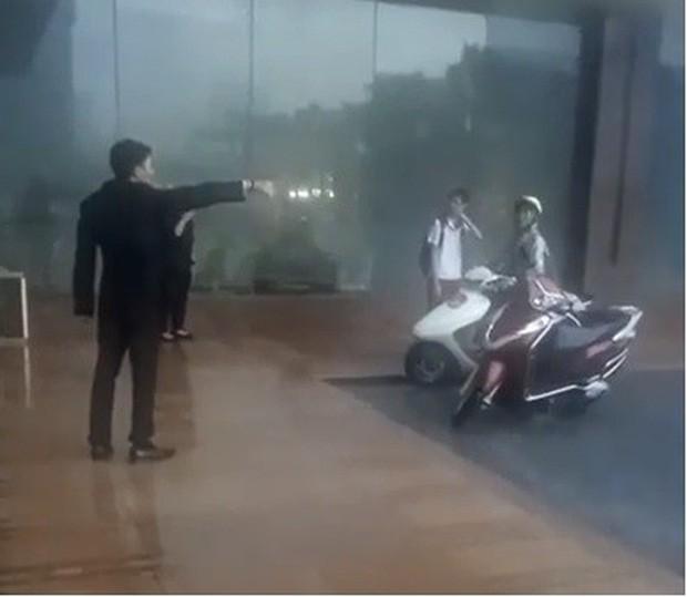 Bảo vệ khách sạn 5 sao ở Hà Nội không cho người dân trú mưa, quản lý lên tiếng: Đó là đường của khách VIP đến, đỗ như vậy gây cản trở - Ảnh 2.
