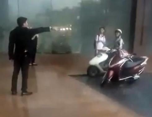 Nhân viên đuổi người đi đường trú mưa: Dân mạng đồng loạt đòi tẩy chay KS Grand Plaza - Ảnh 1.