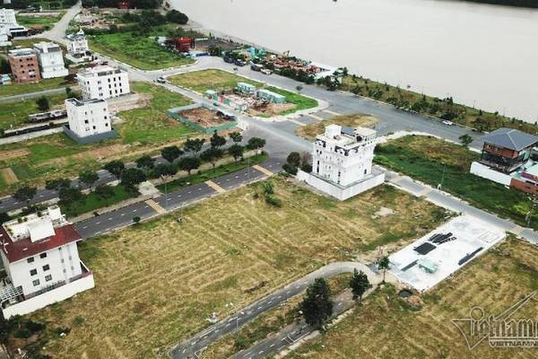 Chuyện lạ ở TP.HCM: Nơi giá đất 300 triệu đồng/m2, biệt thự xây dở không người ở - Ảnh 1.