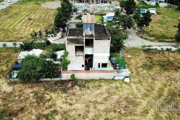 Chuyện lạ ở TP.HCM: Nơi giá đất 300 triệu đồng/m2, biệt thự xây dở không người ở - Ảnh 2.