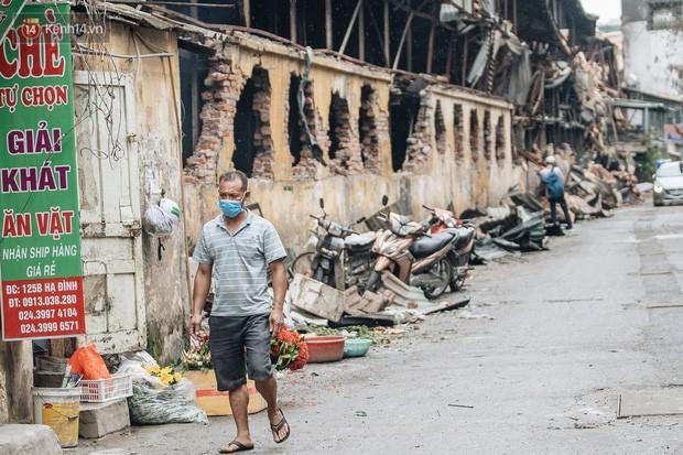 Cuộc sống xung quanh nhà kho Rạng Đông sau vụ cháy: Người lớn cay mắt và khó thở, trẻ nhỏ được sơ tán - Ảnh 15.