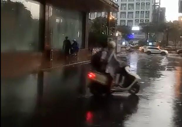 Bảo vệ khách sạn 5 sao ở Hà Nội không cho người dân trú mưa, quản lý lên tiếng: Đó là đường của khách VIP đến, đỗ như vậy gây cản trở - Ảnh 4.