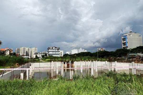 Chuyện lạ ở TP.HCM: Nơi giá đất 300 triệu đồng/m2, biệt thự xây dở không người ở - Ảnh 4.