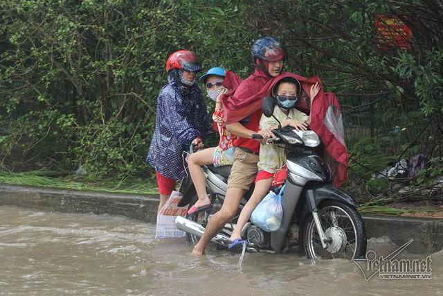 Xế hộp vượt lũ, người người đắp đê trên đại lộ hiện đại nhất Việt Nam  - Ảnh 5.