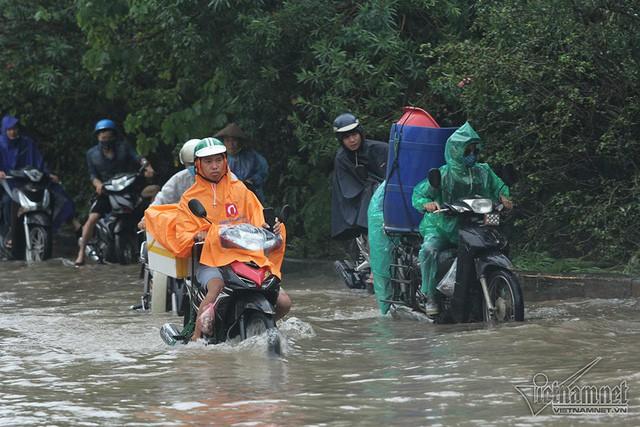 Xế hộp vượt lũ, người người đắp đê trên đại lộ hiện đại nhất Việt Nam  - Ảnh 11.