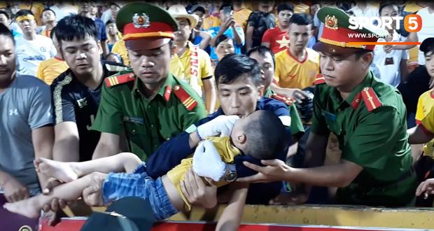 Trước hai chiến sĩ CSCĐ, đây mới là người đầu tiên phát hiện và giữ lại tính mạng cho bé trai bị co giật trên sân Thiên Trường - Ảnh 1.