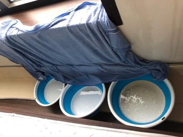 Hà Nội: Ngày mưa bão, đến dân chung cư cũng ngao ngán chống ngập giữa lưng trời - Ảnh 2.