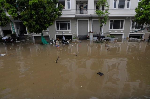 Làng biệt thự triệu đô Hà Nội lại chìm trong biển nước, dân chèo thuyền vào nhà - Ảnh 3.