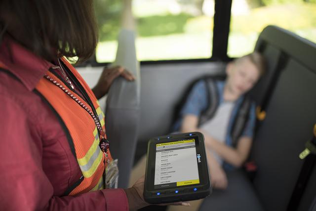Nhằm ngăn chặn việc bỏ quên học sinh trên xe, Mỹ đã áp dụng hệ thống tân tiến này để cảnh báo: Mọi tài xế đều phải thực hiện trước khi xuống! - Ảnh 1.