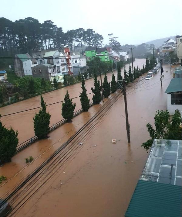 Mưa không ngừng nghỉ, phố núi Đà Lạt chìm sâu trong biển nước - Ảnh 2.