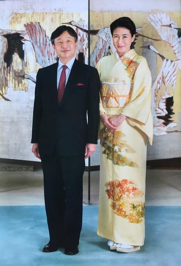 Vừa công bố ảnh lịch của năm, Hoàng hậu Nhật Bản đã gây sốt với vẻ đẹp vượt thời gian, mặc lại đồ cũ 22 năm vẫn thần thái ngút ngàn - Ảnh 1.