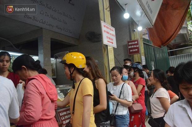 Ảnh, clip: Người dân Hà Nội đội mưa, xếp hàng dài cả tuyến phố để chờ mua bánh Trung thu Bảo Phương - Ảnh 2.