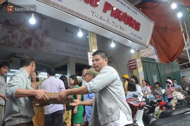 Ảnh, clip: Người dân Hà Nội đội mưa, xếp hàng dài cả tuyến phố để chờ mua bánh Trung thu Bảo Phương - Ảnh 11.