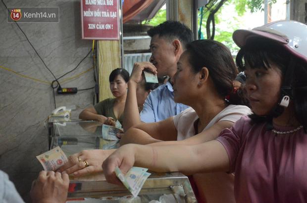 Ảnh, clip: Người dân Hà Nội đội mưa, xếp hàng dài cả tuyến phố để chờ mua bánh Trung thu Bảo Phương - Ảnh 7.