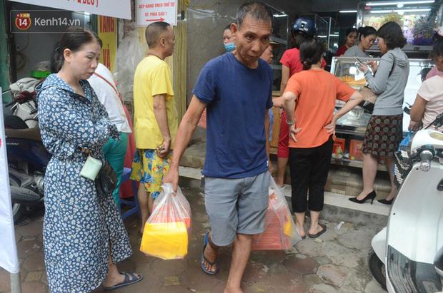 Ảnh, clip: Người dân Hà Nội đội mưa, xếp hàng dài cả tuyến phố để chờ mua bánh Trung thu Bảo Phương - Ảnh 9.