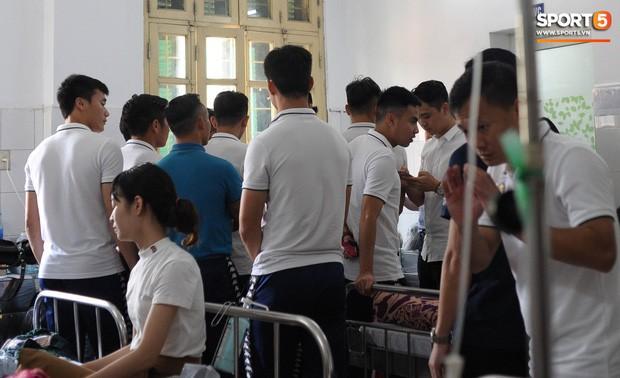 Cầu thủ Hà Nội FC đến bệnh viện thăm CĐV nữ bị bỏng nặng vì trúng pháo - Ảnh 1.