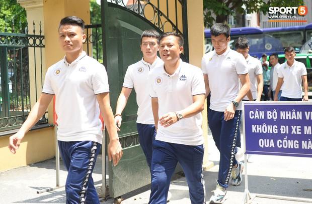 Cầu thủ Hà Nội FC đến bệnh viện thăm CĐV nữ bị bỏng nặng vì trúng pháo - Ảnh 2.