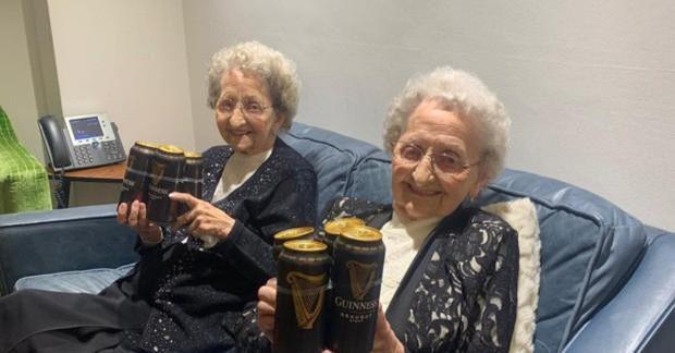 Cặp sinh đôi cao tuổi nhất nước Anh tiết lộ bí quyết sống lâu - Ảnh 5.