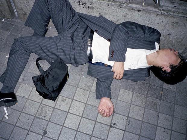 Chùm ảnh về các doanh nhân ngủ trên đường phố mô tả chân thực về văn hóa làm việc khắc nghiệt nhất thế giới của Nhật Bản - Ảnh 1.