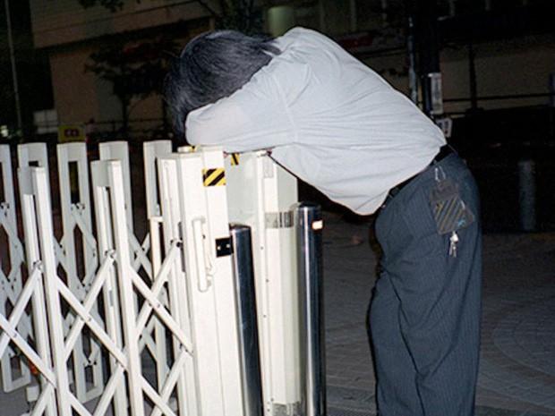Chùm ảnh về các doanh nhân ngủ trên đường phố mô tả chân thực về văn hóa làm việc khắc nghiệt nhất thế giới của Nhật Bản - Ảnh 11.