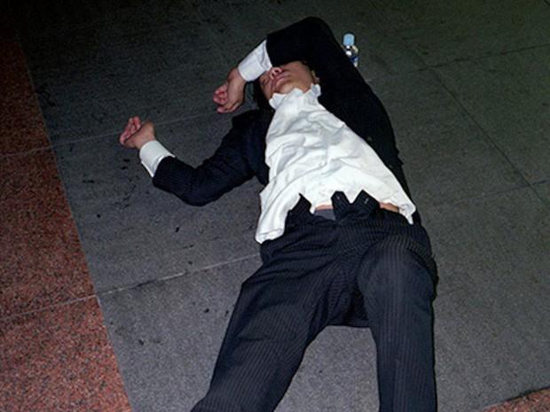 Chùm ảnh về các doanh nhân ngủ trên đường phố mô tả chân thực về văn hóa làm việc khắc nghiệt nhất thế giới của Nhật Bản - Ảnh 22.