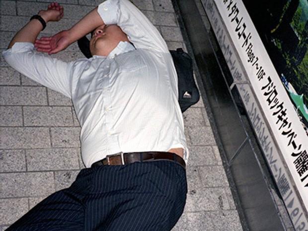 Chùm ảnh về các doanh nhân ngủ trên đường phố mô tả chân thực về văn hóa làm việc khắc nghiệt nhất thế giới của Nhật Bản - Ảnh 25.